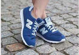 Kobiece nogi w adidasach new balanse model niebieski